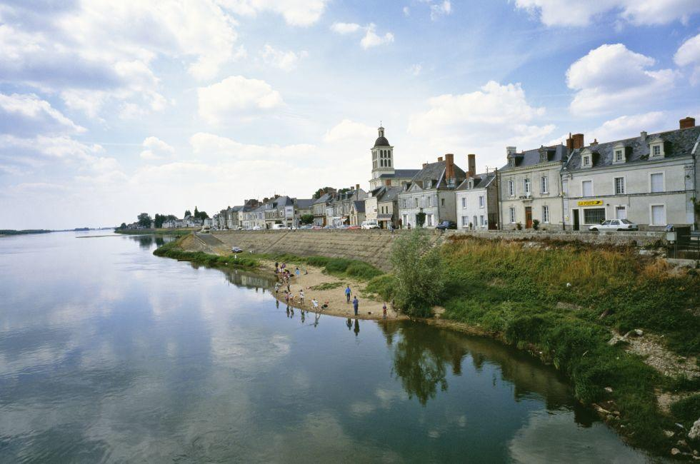 Fishermen, houses, Waterfront, Saumur, The Loire Valley, France