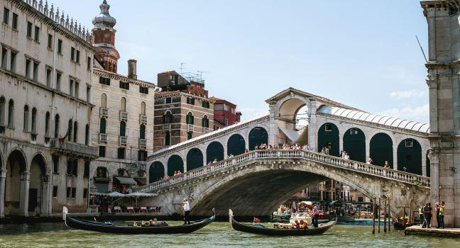 Rialto Bridge, San Marco, Venice, Italy.