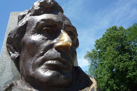 Abraham-Lincolns-Tomb-Springfield-Illinois.jpg