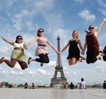 Paris-Eiffel-tower-jumping-girls.jpg