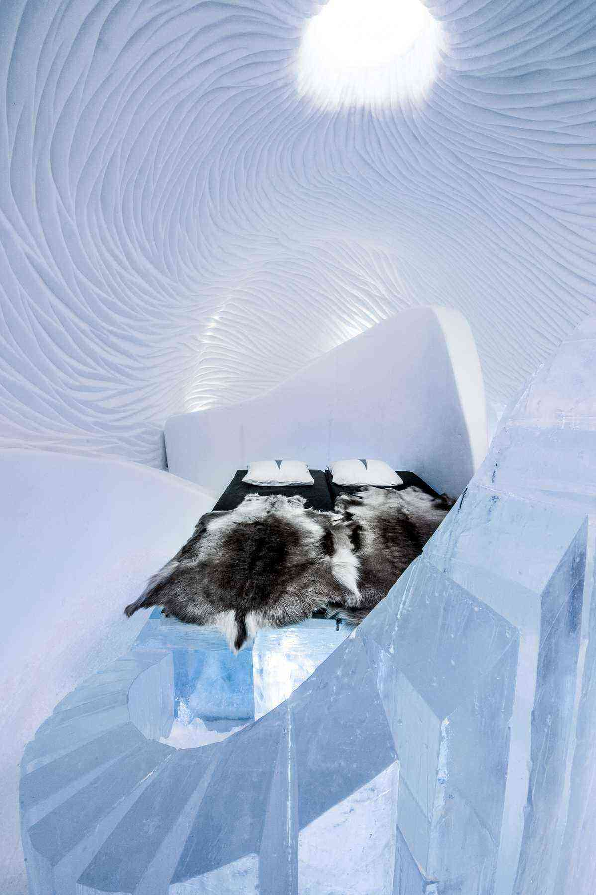 art-suite-in-to-the-maelstream-icehotel-2017