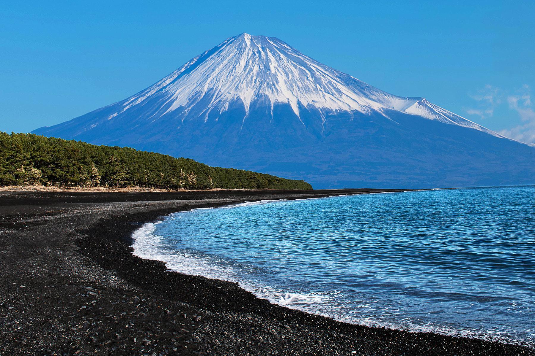92dcde6c17d Black-Sand-Beaches-Miho-No-Matsubara-Shizuoka-Japan