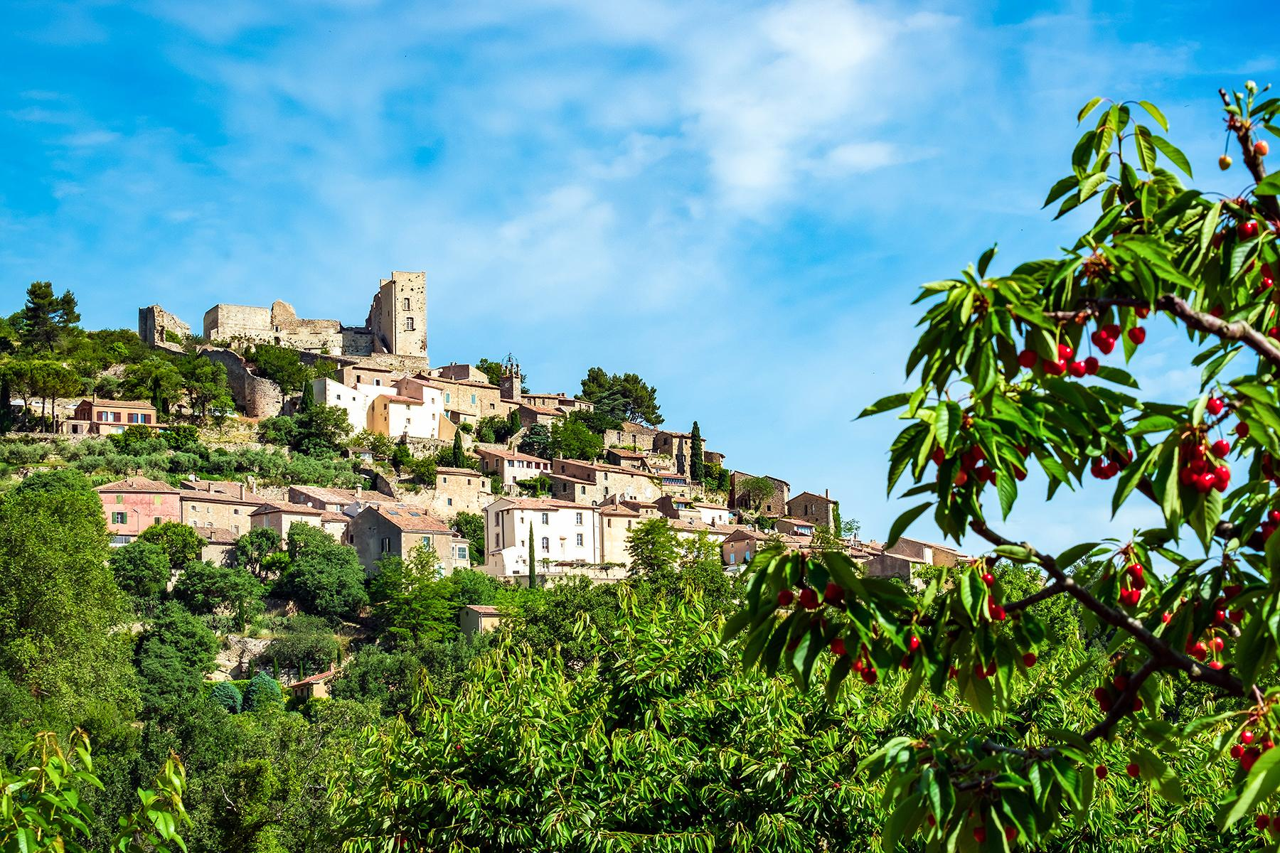 15_PicturePerfectProvenceTowns__Lacoste_shutterstock_650445604