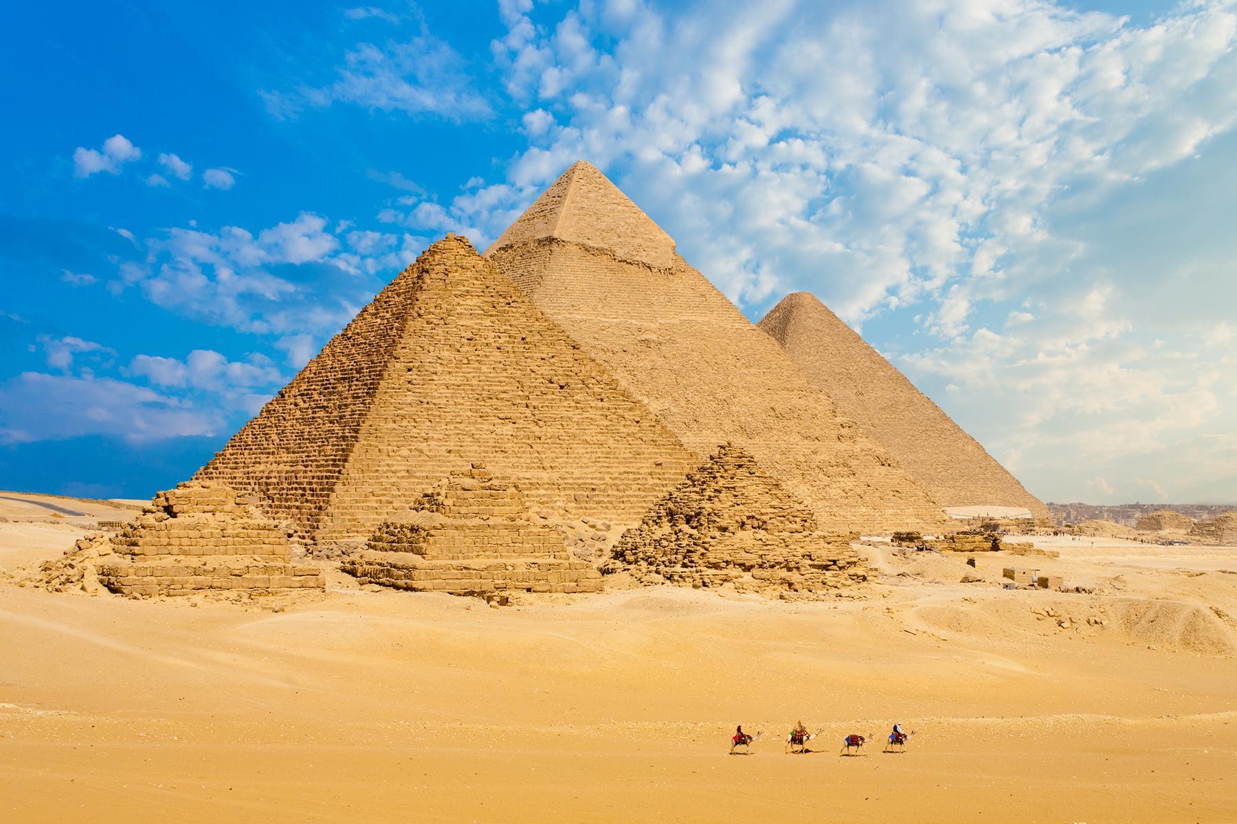 10_FamilyBackdrops__PyramidsofGiza_shutterstock_511451116