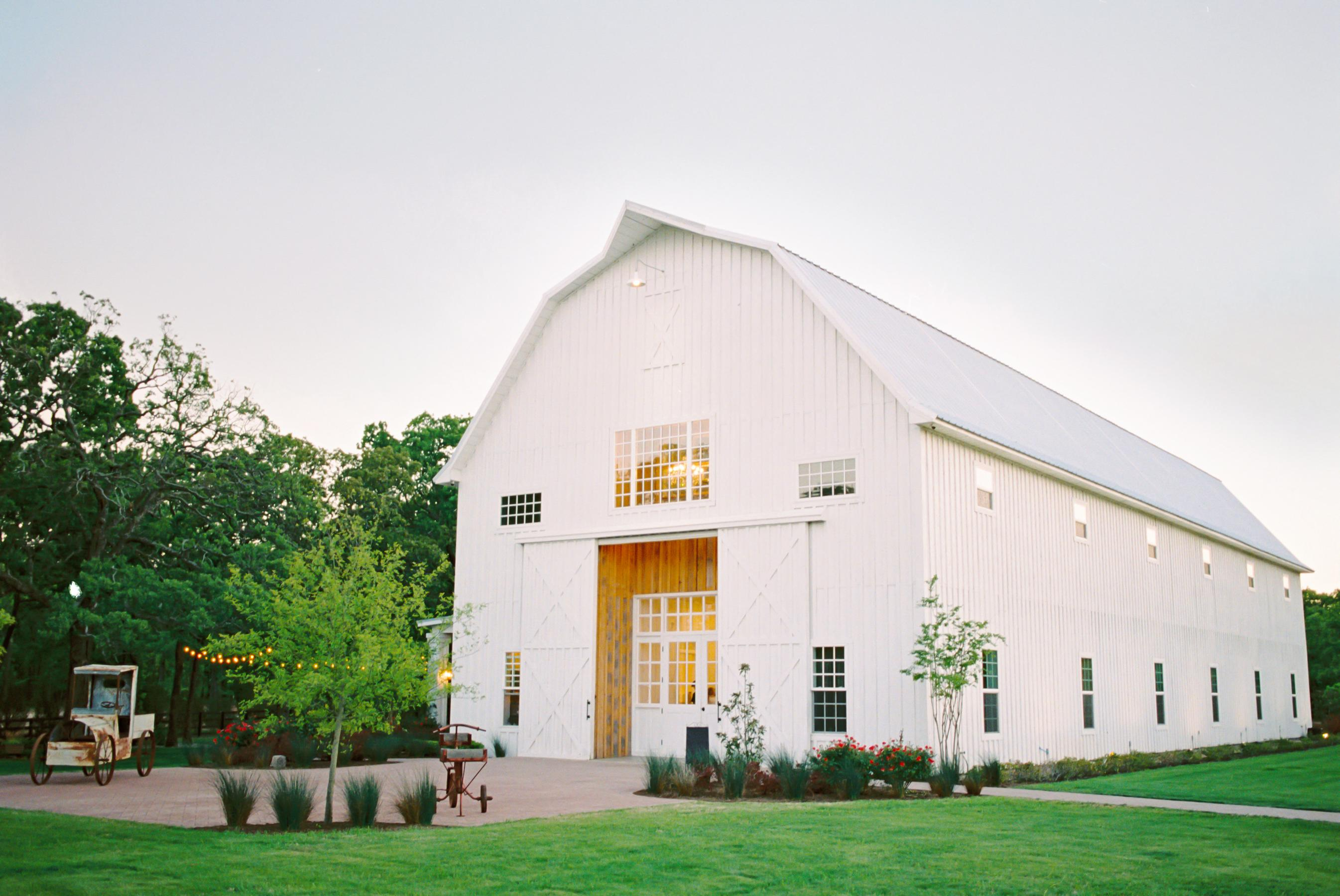 01_02_RusticWeddingVenues__TheWhiteSparrowBarn_Kaytee_Matthew_Wedding_0182 1