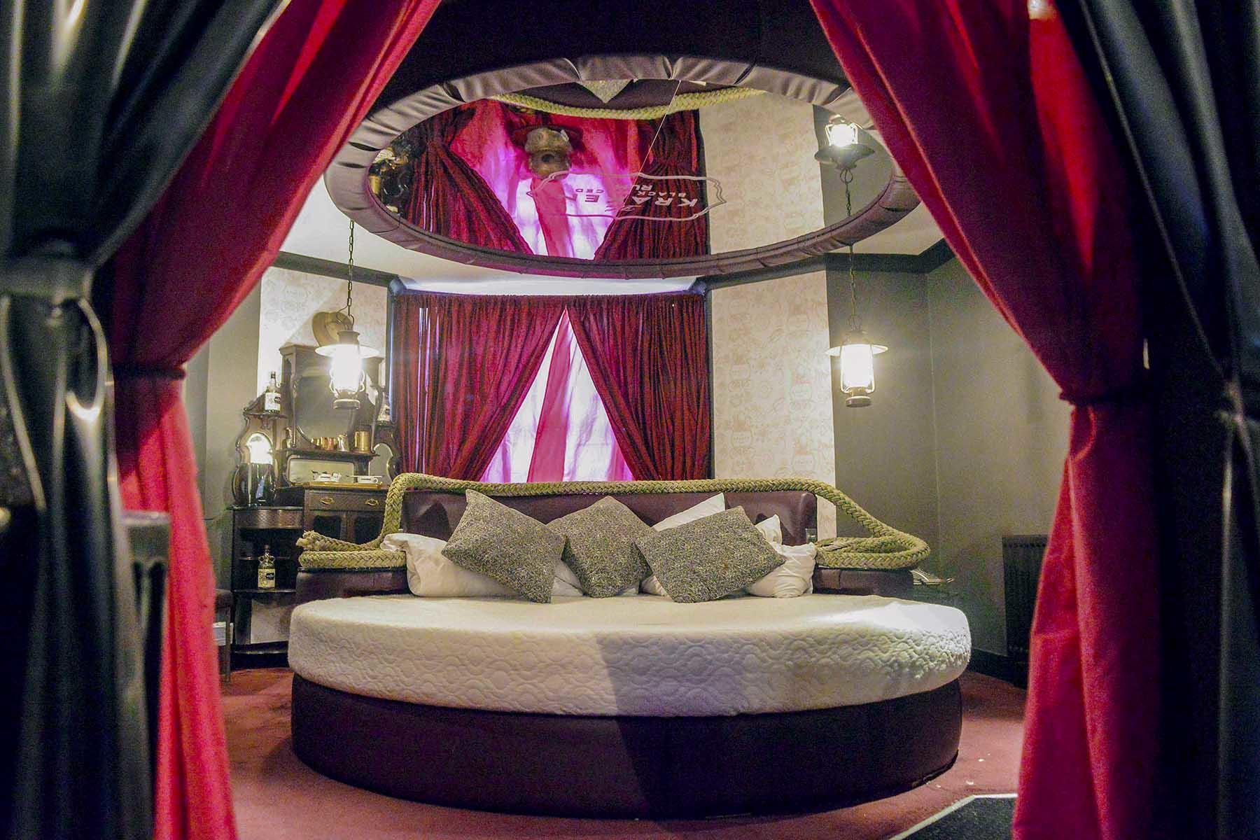 02_KinkyAmenities__HotelPelirocco_2.) Lovers Lair Bedroom 2