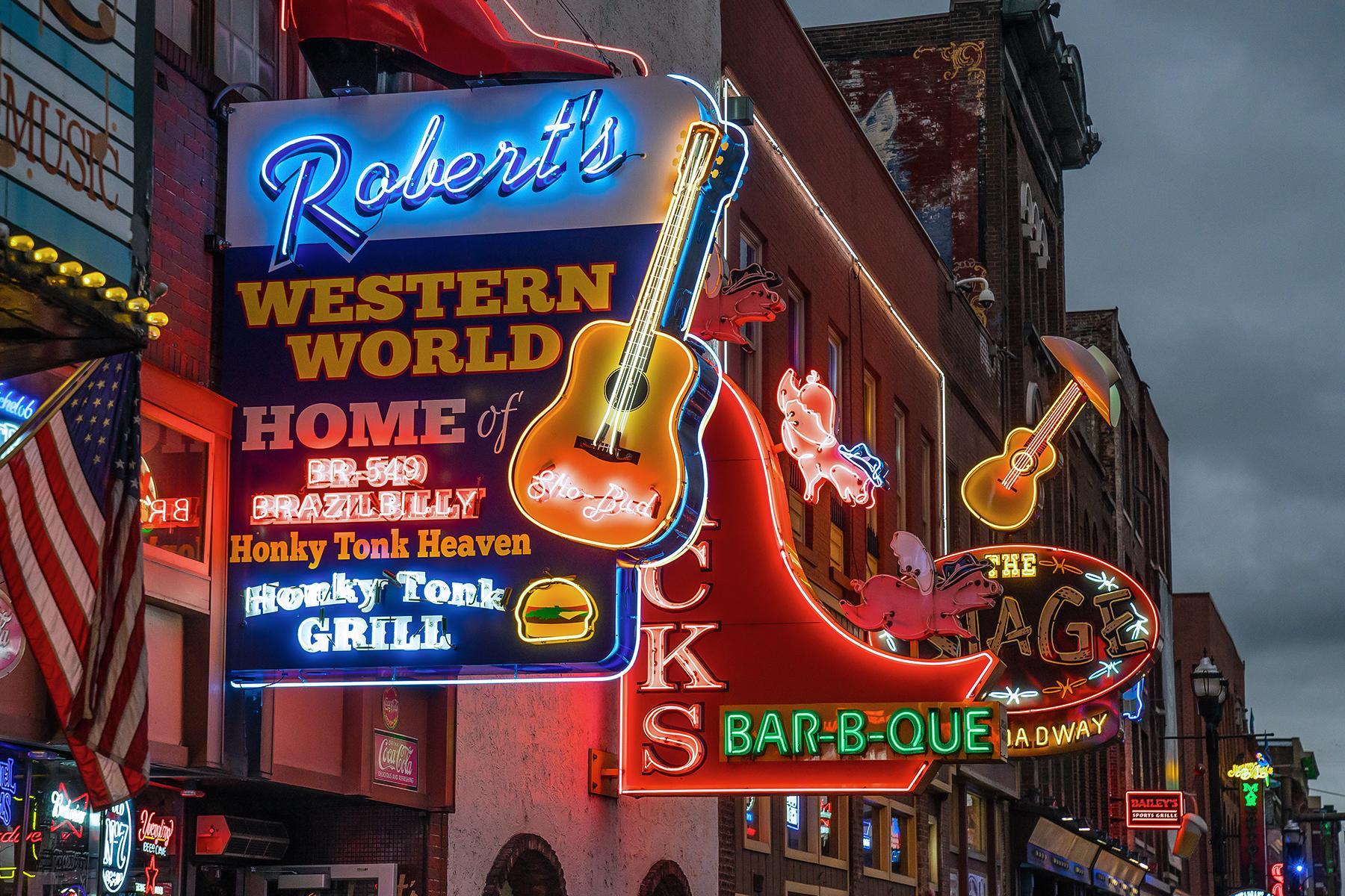 03_NashvillePhrases__HonkyTonkin_iStock-871656778