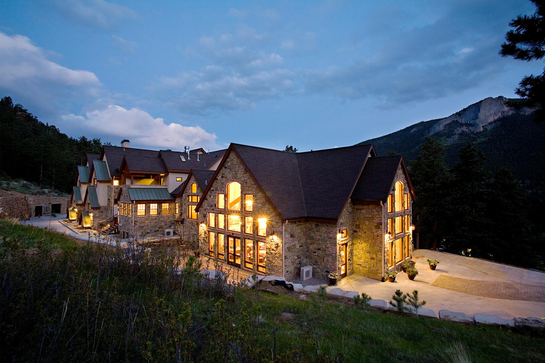 07_RusticWeddingVenues__DellaTerraMountainChateau_exterior2-night