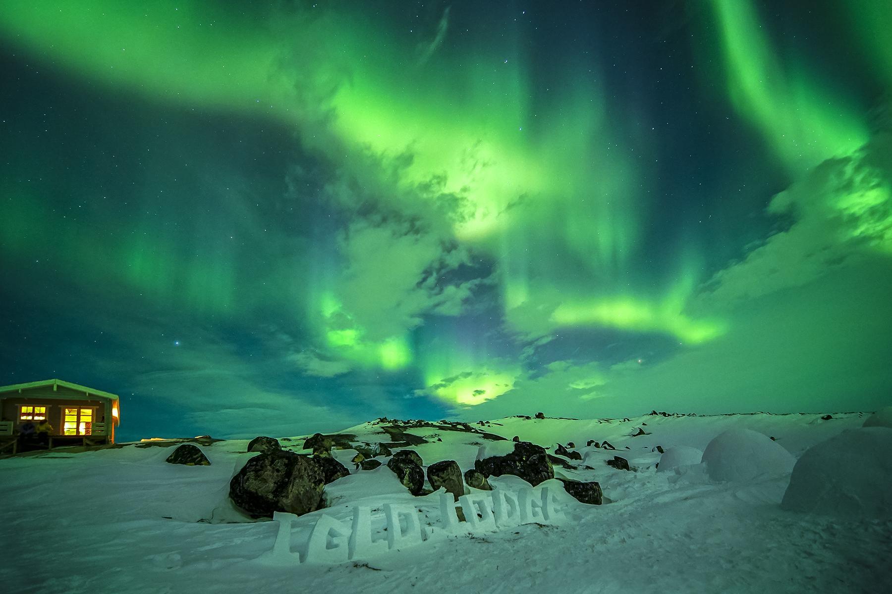 11_AdevnturousBabymoons__TheNorthernLightsinGreenland_11.) Northern lights dancing over the Igloo Lodge near Ilulissat provided by World of Greenland