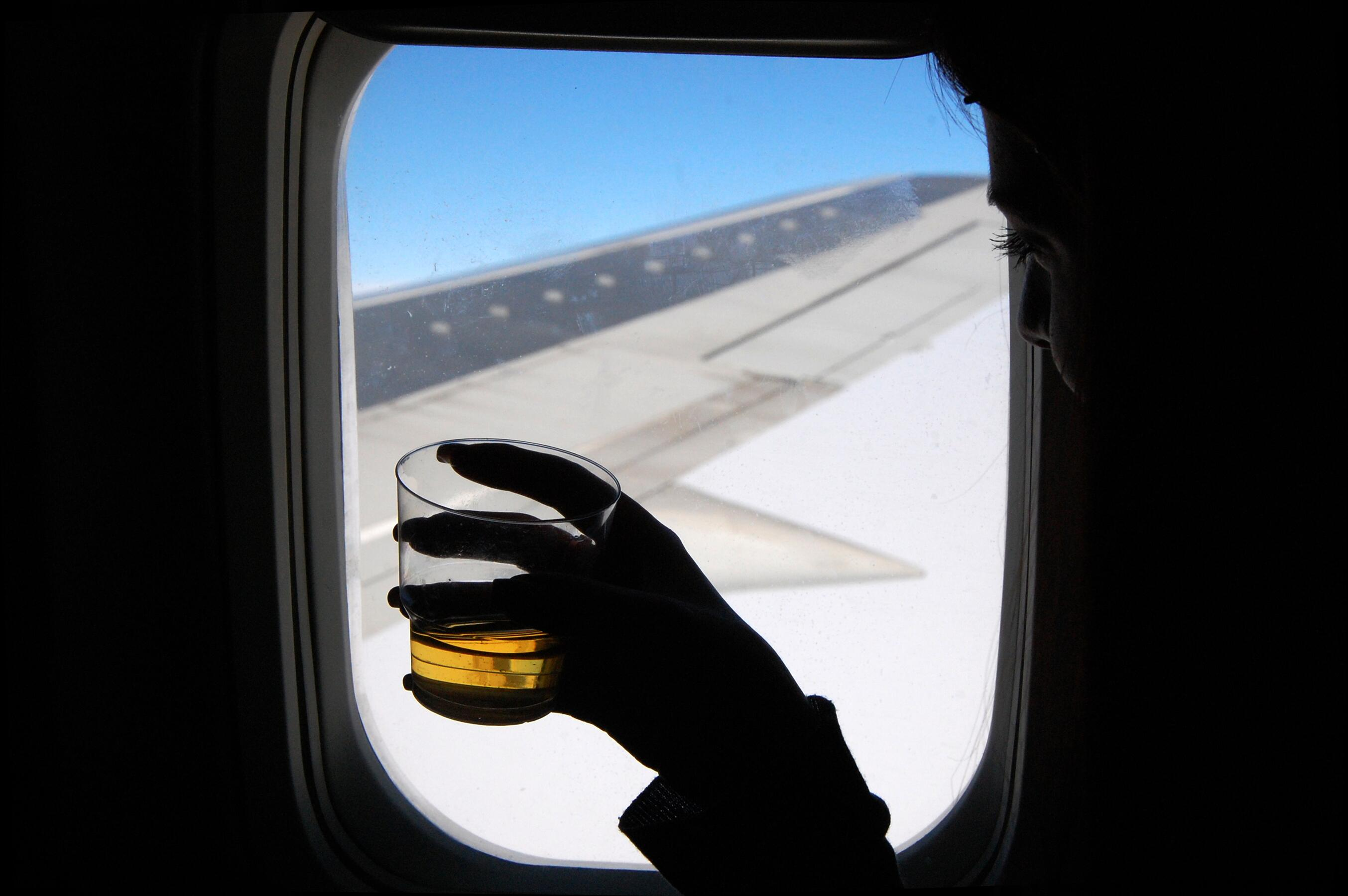 Easy In-Flight Cocktail Recipes That You Can Make Using the Drinks Cart