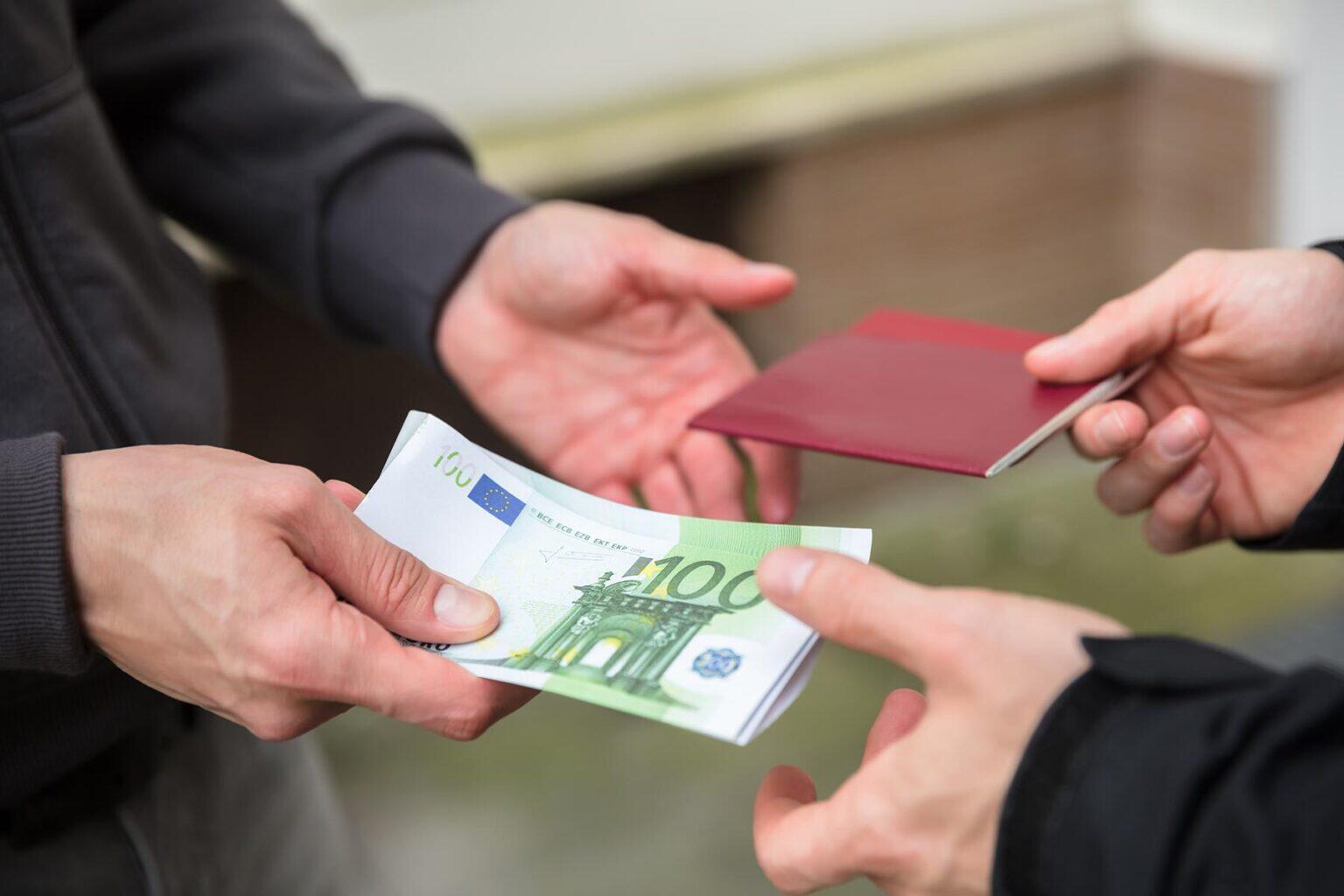 где можно занять деньги мигрантам