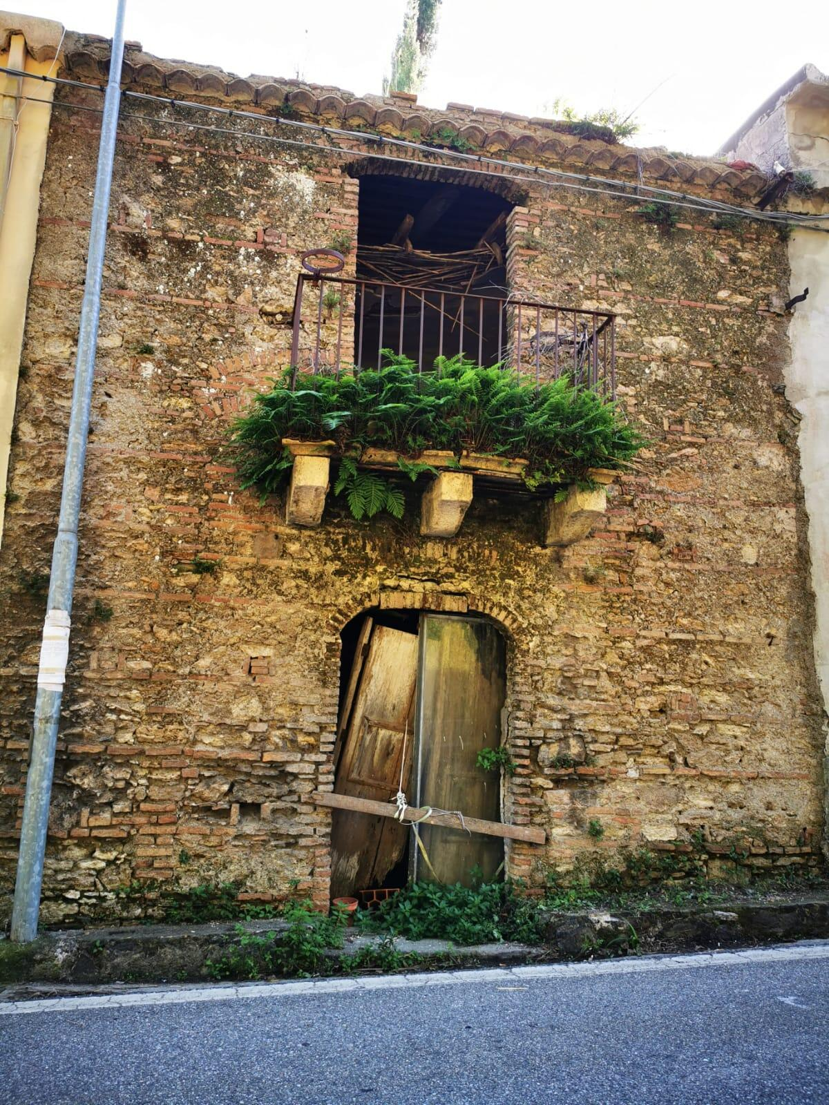 Ruins-fragile-of-Giacoppos-old-family-house-in-Gesso-c-Silvia-1
